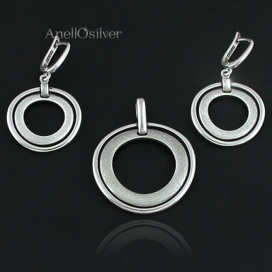 Silver jewelery set in the shape of circles